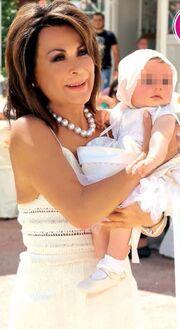 Η ξυπόλυτη Γιάννα Αγγελοπούλου και το πεντοζάλη της στη βάπτιση της εγγονής της