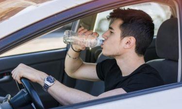 Γιατί δεν πρέπει να πίνετε νερό από πλαστικά μπουκάλια που έχουν εκτεθεί στον ήλιο