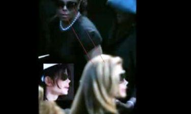 Ο βασιλιάς ζει! Ο Michael Jackson παρακολουθεί την κηδεία του μεταμφιεσμένος σε γυναίκα! (βίντεο)