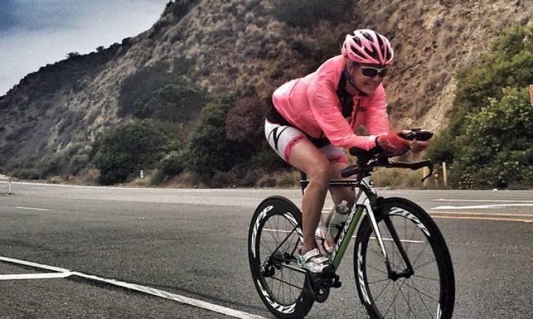 Δεινή ποδηλάτης στα 53 της η…