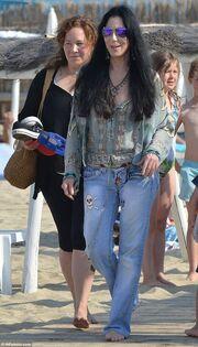 Cher: Διακοπές στο St Tropez μετά τις φήμες ότι πεθαίνει