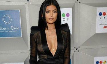 Αυτό είναι το τρικ της Kylie Jenner για τα ρούχα με βαθύ ντεκολτέ