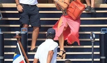 Πασίγνωστη τραγουδίστρια τρώει τούμπα στα σκαλιά και ο αγαπημένος της την...κοιτά (φωτό)