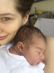 Ηθοποιός γέννησε και δημοσίευσε τη πρώτη φωτογραφία της κόρης της μέσα από το μαιευτήριο.