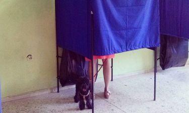 Δημοψήφισμα 2015:Με τον σκύλο της στο εκλογικό κέντρο η…