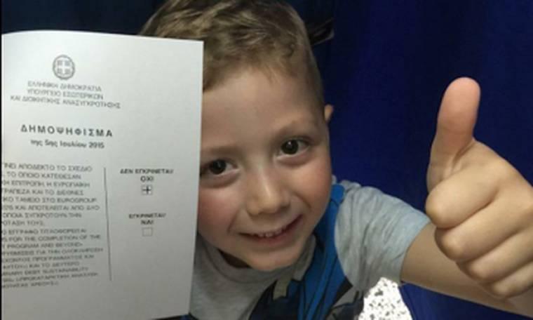 Δείτε τον: Γιος Έλληνα Ολυμπιονίκη κρατάει το ψηφοδέλτιο με το ΟΧΙ (Nassos blog)