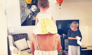 Παιχνίδια με τη κόρη της η….