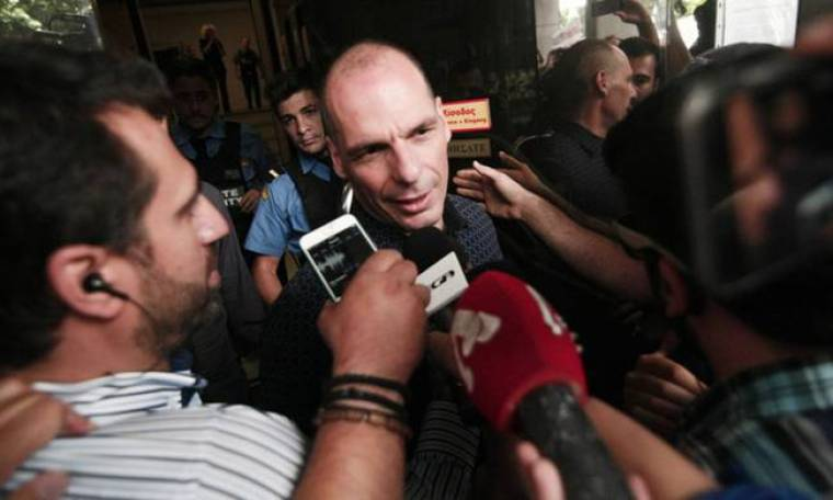 Επεισόδιο έξω από το ΥΠΟΙΚ - Πέταξαν νερό σε Βαρουφάκη και δημοσιογράφους