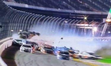 Σοκαριστικό ατύχημα στο Daytona! Αμάξι… έσκασε στα κάγκελα και διαλύθηκε! (videos)