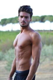 Αυτός ο σέξι άντρας στηρίζει την Ελλάδα: «Υποστήριξη στους Έλληνες φίλους…»