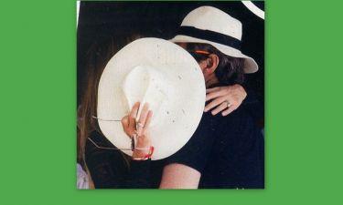 Ποιοι φιλιούνται και κρύβονται πίσω από το μεγάλο καπέλο;