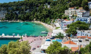 Guardian: Μη φοβάστε, η αληθινή Ελλάδα είναι ακόμα εδώ
