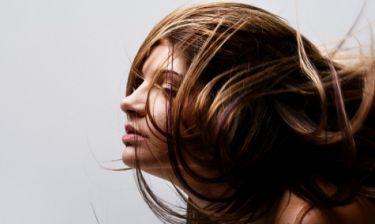 Λιπαρά μαλλιά: Η απλή λύση που δεν σας περνά από το μυαλό