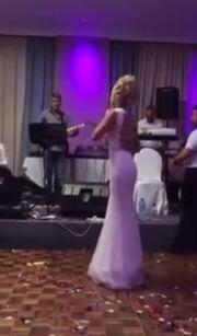 Νέες φωτογραφίες και βίντεο από το γάμο πρωταγωνίστριας του «Βαλς με δώδεκα θεούς»