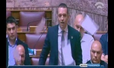Βουλή: Ο Κασιδιάρης έσκισε το μνημόνιο (vid)