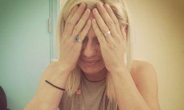 Κατερίνα Καραβάτου: Τι έπαθε και κρατά το κεφάλι της;