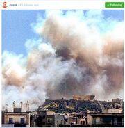 H Ακρόπολη με φόντο τον πυκνό καπνό της πυρκαγιάς στον Υμηττό