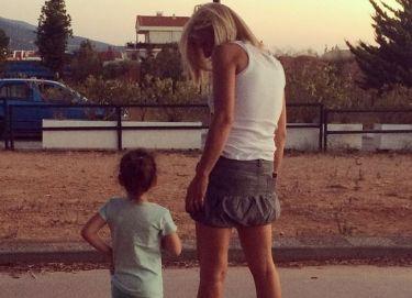 Κατερίνα Καραβάτου: Οι συμβουλές της μαμάς στη κόρη για τη συμπεριφορά στο δρόμο!