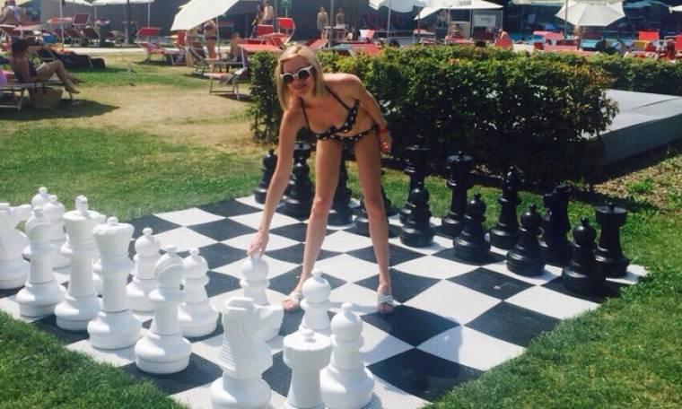 Τζούλια Αλεξανδράτου: Το κορμί παίζει σκάκι και κολάζει με το μικροσκοπικό μπικίνι της!