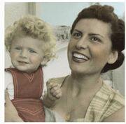 Δείτε την Έλενα Ακρίτα σε παιδική ηλικία να την κρατά αγκαλιά η μαμά της
