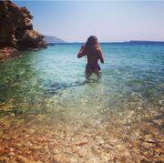 Ελληνίδα τραγουδίστρια που είχαμε για «ταπεινό χαμομηλάκι» έκανε μπάνιο  topless