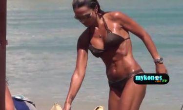 «Αποκαλυπτική» και σέξι η Σόφη Πασχάλη σε παραλία της Μυκόνου
