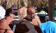 Δεν θα πιστεύετε ποιο ζευγάρι «έπιασε» ο φακός σε παραλία της Μυκόνου