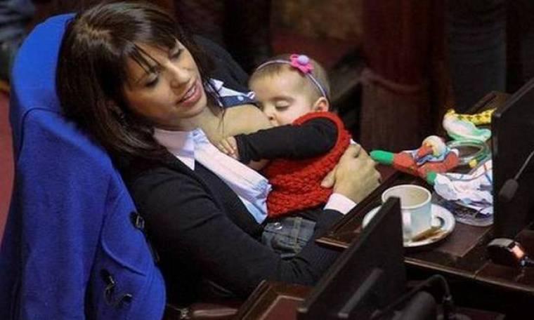 Θηλάζει το μωρό της μέσα στην Βουλή και έγινε viral
