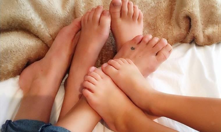 Χουζουρεύει στο κρεβάτι με τους γιους της!