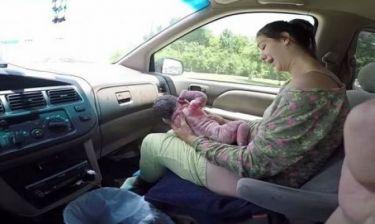 Μαμά γεννά στο αυτοκίνητο και ο μπαμπάς βιντεοσκοπεί όλη τη διαδικασία με την κάμερα! (βίντεο)
