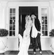 Παντρεύτηκαν πριν ένα χρόνο και τώρα δημοσίευσαν φωτογραφίες από το γάμο τους!