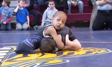 ΣΥΓΚΛΟΝΙΣΤΙΚΟ: Η ιστορία του 7χρονου παλαιστή χωρίς πόδια! (video)