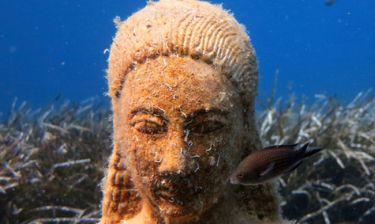 Σάμος: Φανταστικές εικόνες από τον Κούρο που βρίσκεται στο βυθό του Κοκκαρίου (vid)