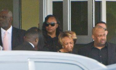 Απίστευτο! Ξεκατίνιασμα άνευ προηγούμενου στην κηδεία της Houston