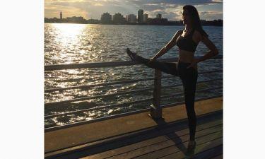 Κάνει γυμναστική στο ηλιοβασίλεμα