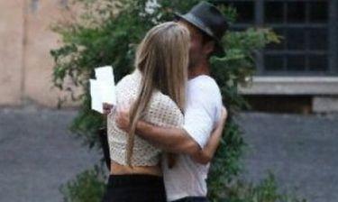 Έρωτας άνευ ορίων: Τo διάσημο ζευγάρι σε δημόσια τρυφερά τετ α τετ χωρίς σταματημό