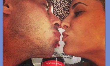 Τρυφερά φιλιά στην παραλία για ζευγάρι της ελληνικής showbiz