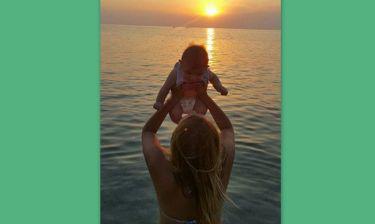 Οι πρώτες διακοπές με το μωρό της! Ποια Ελληνίδα παρουσιάστρια έγινε μαμά;