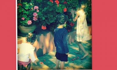 Η τρυφερή φωτογραφία της Κάτιας Ζυγούλη και ο λουλουδοπόλεμος των παιδιών της