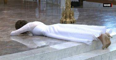 Αυτή η γυναίκα «παντρεύτηκε»τον... Χριστό - Το βίντεο από την τελετή κάνει το γύρο του διαδικτύου!