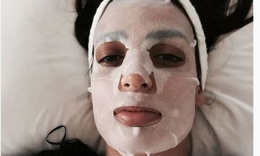 Η όμορφη κάνει μάσκα ομορφιάς