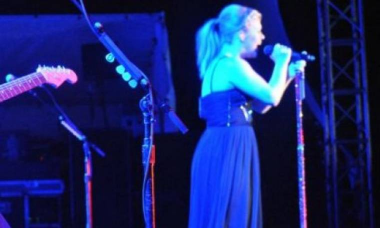 Baby News: Η τραγουδίστρια ανακοίνωσε την εγκυμοσύνη της την ώρα που τραγουδούσε