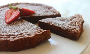 Συνταγή για κέικ σοκολάτας με δύο υλικά! (βίντεο)
