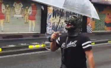 Γνωστός Έλληνας σεφ κυκλοφορεί στο Τόκιο με μάσκα δεινόσαυρου