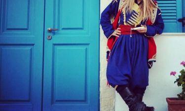 Με την παραδοσιακή φορεσιά της Κρήτης η…