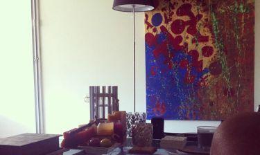 Ποια γνωστή Ελληνίδα ζωγράφισε τον πίνακα της φωτό και τον έβαλε στο σαλόνι της;