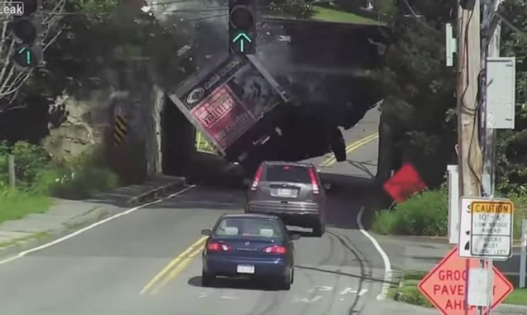 Προσοχή στο ύψος: Φορτηγό προσκρούει σε γέφυρα και διαλύεται (videos)