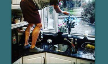Για να πληρώσει τη διαμονή καθαρίζει τζάμια