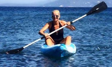 Ελληνίδα παρουσιάστρια κάνει… θαλάσσια σπορ
