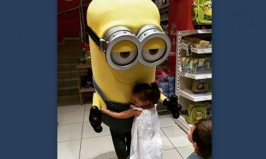 Στην αγκαλιά ενός minion η κόρη της…